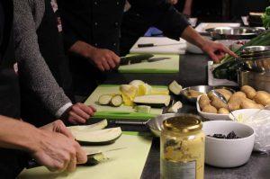 Gemeinsam im Team die Speisen für den Grillworkshop vorbereiten