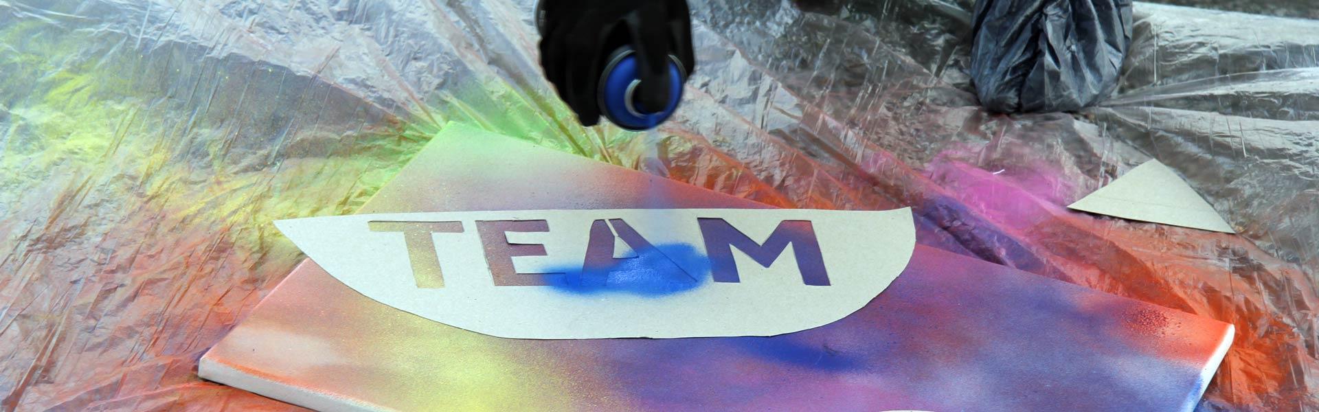 Beim Teamevent Graffiti Workshop entstehen durch viele Farben tolle Kunstwerke - b-ceed