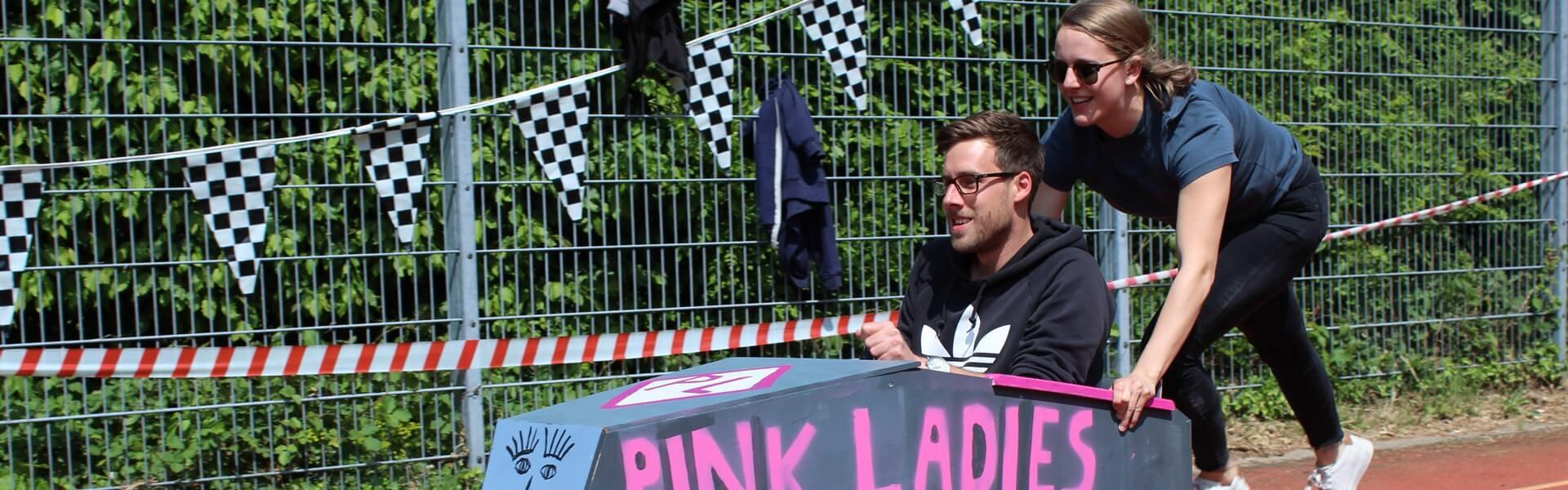 Ein Rennen mit Seifenkisten als Outdoort Teambuilding Idee deutschlandweit mit b-ceed durchführen