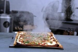 Flammkuchen auf dem Grill zubereiten im Team beim Grillkurs mit 400 Grad Hitze