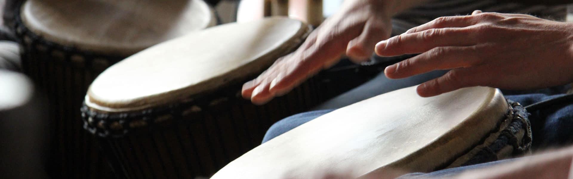 Musikalische Betriebsausflug Idee mit Trommel- und Tanzworkshop von b-ceed