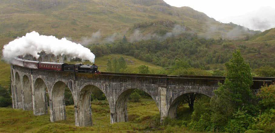 Alte Brücken in der Landschaft Schottlands entdecken