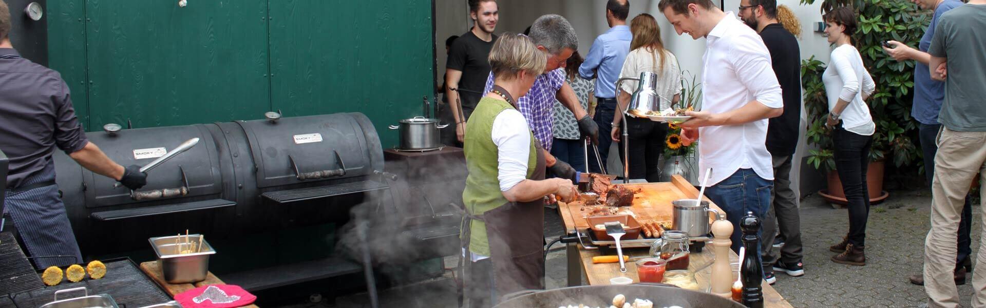 Ein hochwertiges BBQ Buffet beim Grillevent auf dem Bauernhofin der Firma