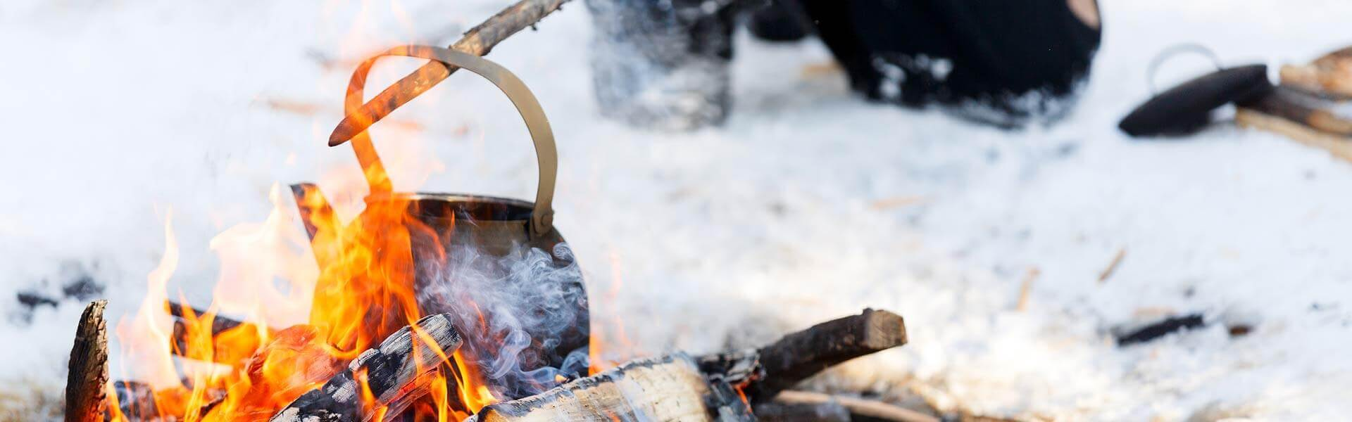 Lagerfeuer zur rustikalen Weihnachtsfeier auf der Burg und in der Natur mit b-ceed: events