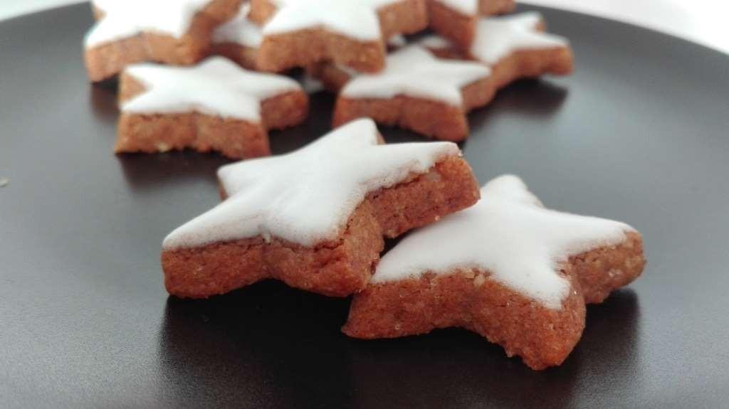 Weihnachtliche Zimtsterne mit Zuckerguss