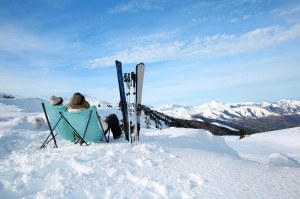 Mit Schneeschuhen durch verschneite Alpenlandschaften laufen.