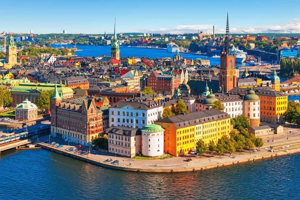 Die schwimmende Altstadt von Stockholm mit ihren bunten Häusern direkt am Wasser gelegen bei einer Incentive Reise erkundschaften