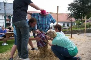 Vogelscheuchen bauen als Teambuilding Spiel beim Betriebsausflug auf den Bauernhof