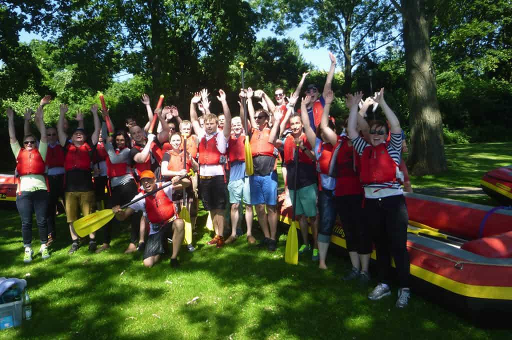 Gemeinsam etwas erleben - Mitarbeiter motivieren beim Rafting und Grillen danach. Identifikation mit dem Unternehmen fördern