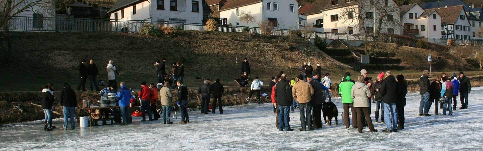 Winter Wanderung mit Glühwein als Weihnachtsfeier Idee b-ceed events