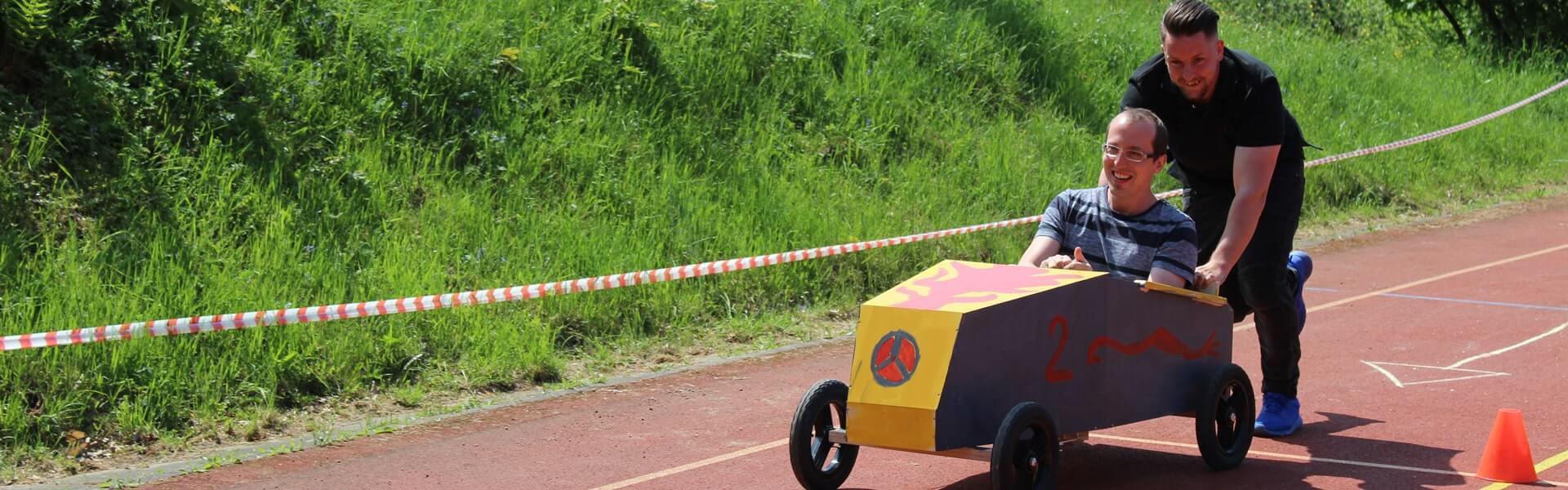 Seifenkistenrennen mit b-ceed als aktiv-kreative Betriebsausflug Idee