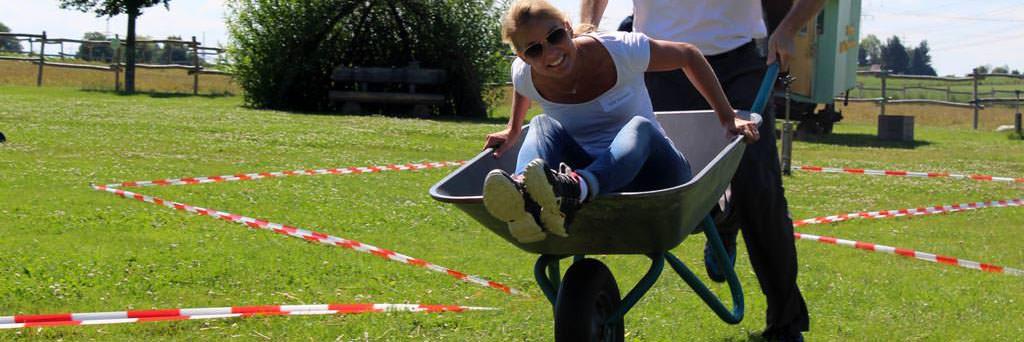 Schubkarren Rennen beim Bauernhof Tag mit b-ceed: events