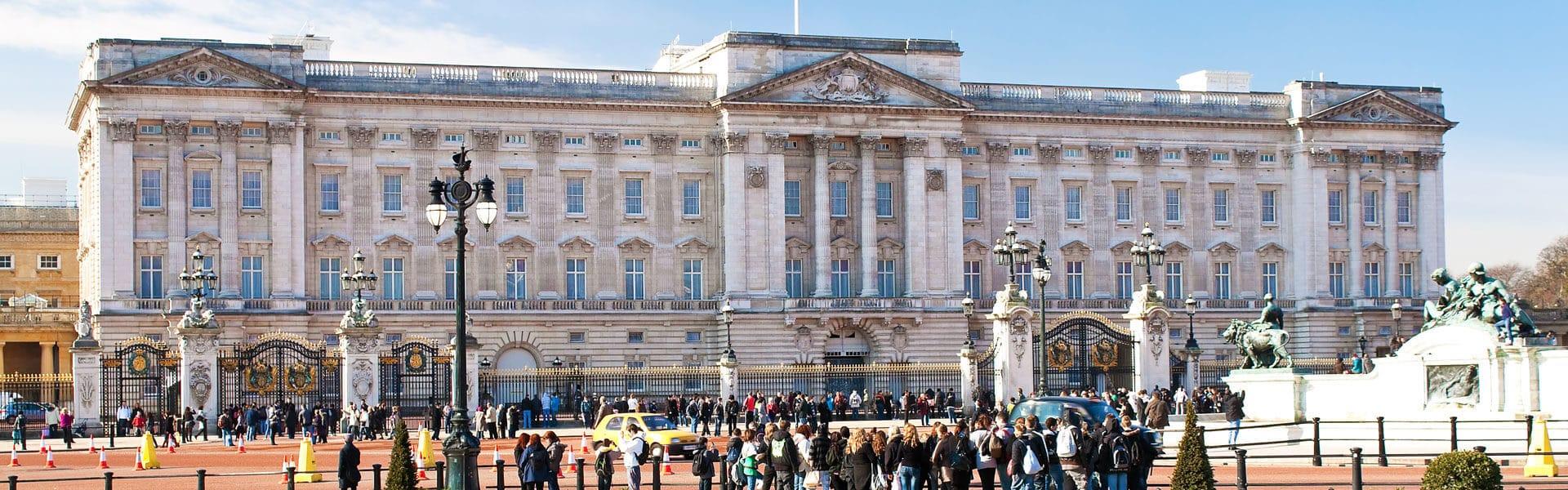 Den Buckingham Palast aus nächster Nähe sehen bei einer Betriebsfahrt in London
