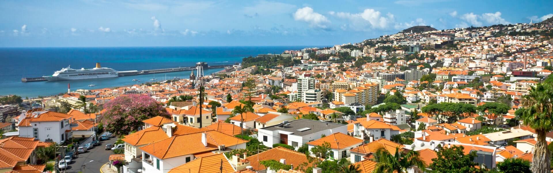 Stadtviertel auf Madeira mit Aussicht aufs Meer