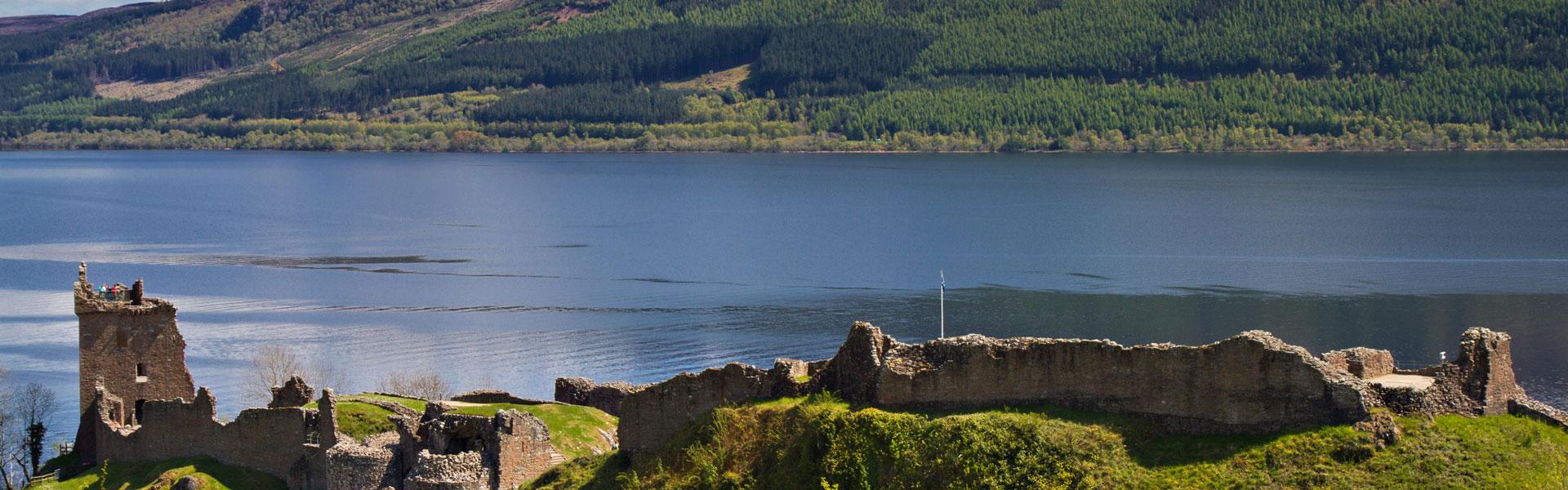 Eine Betriebsreise nach Schottland führt Sie zum Loch Ness und der Urquhart Castle bei Drumnadrochit