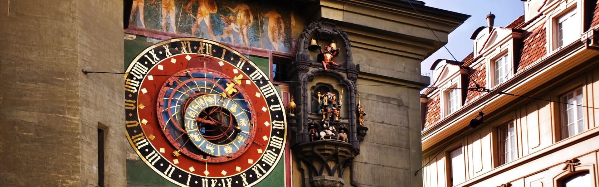 Der Uhrenturm von Bern in der Schweiz bei einer Incentive Reise aus nächster Nähe sehen