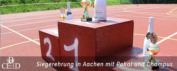 Betriebsausflug Aachen: Siegerehrung nach dem Seifenkistenrennen mit Pokal und Champus, durchgeführt von der Eventagentur in Aachen b-ceed.