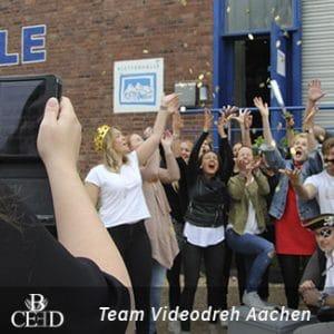 Kreativer Betriebsausflug Aachen mit b-ceed: Team Videodreh mit Tablet.