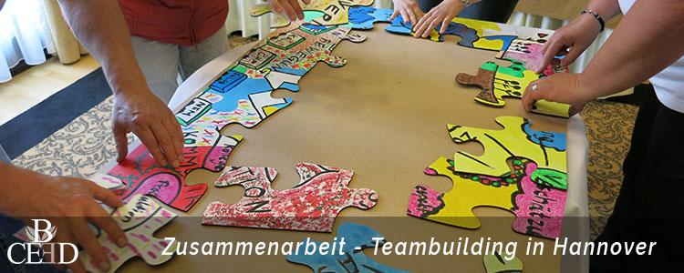 Teambuilding Hannover: Zusammenarbeit beim kreativen Teamevent mit Puzzle - b-ceed: events