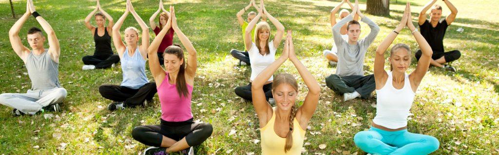 Yoga dient der Entspannung - perfekt für den Büroalltag. Lernen Sie dies beim Sport Coaching.